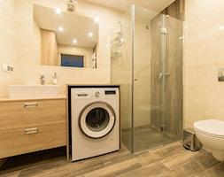 Łazienka z wyposażeniem z Castoramy - Mała beżowa łazienka na poddaszu w bloku w domu jednorodzinnym bez okna, styl tradycyjny - zdjęcie od IM WNĘTRZA | Projektowanie wnętrz
