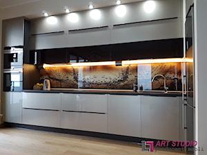Kuchnia ze szkłem na panelu