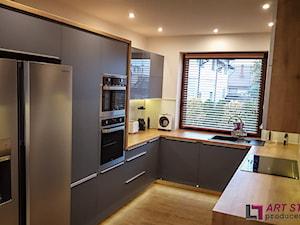 Kuchnia w szarościach - Średnia zamknięta biała kuchnia w kształcie litery u w aneksie, styl nowoczesny - zdjęcie od Art.studio
