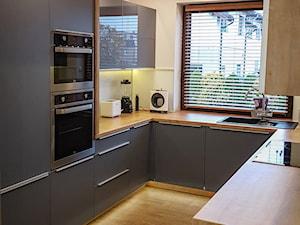 Kuchnia w szarościach - Średnia zamknięta wąska biała kuchnia w kształcie litery u, styl nowoczesny - zdjęcie od Art.studio