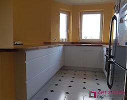 Kuchnia z blatem dębowym naturalnym - Mała zamknięta wąska żółta kuchnia w kształcie litery u z oknem, styl nowoczesny - zdjęcie od Art.studio