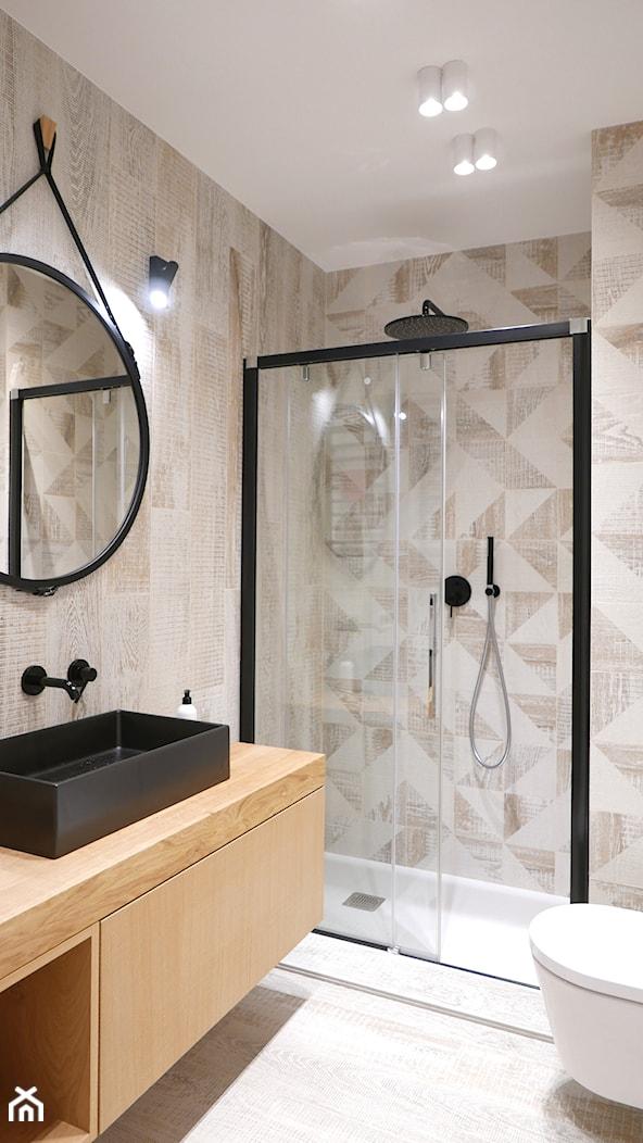 Niewielka łazienka z graficzną ścianą - zdjęcie od Archomega Biuro Architektoniczne - Homebook
