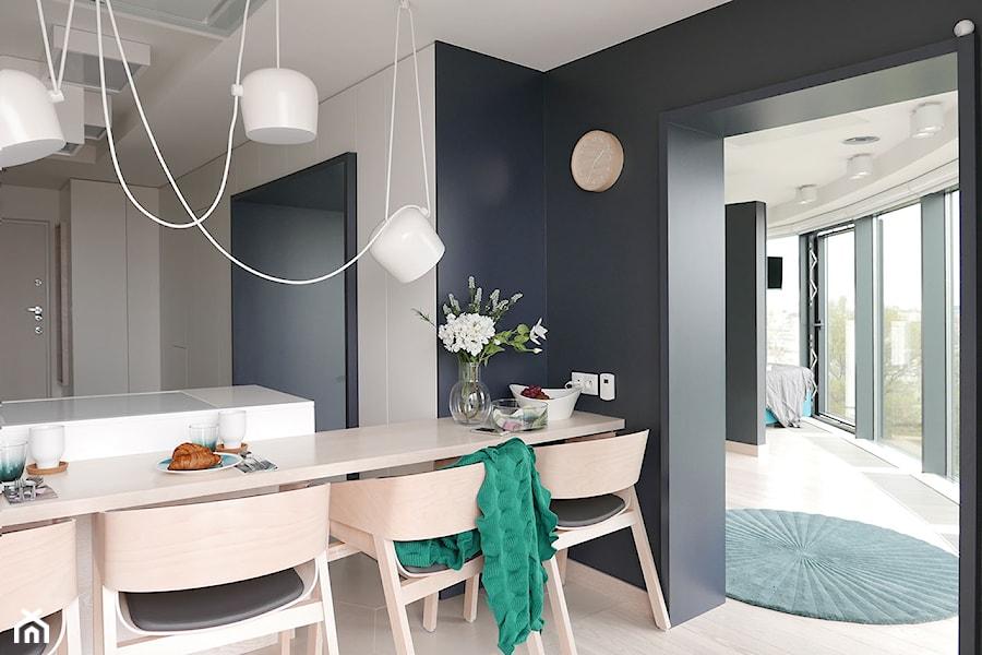KONKURS - minimalistycznie i funkcjonalnie - Mała otwarta szara czarna kuchnia dwurzędowa w aneksie, styl minimalistyczny - zdjęcie od Archomega Biuro Architektoniczne