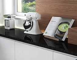 Mała otwarta biała kuchnia w kształcie litery l - zdjęcie od iProjektowanieWnętrz - Homebook