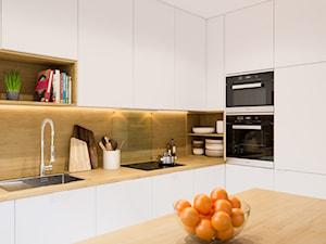 Projekt mieszkania. Kraków Śródmieście - Średnia otwarta biała beżowa kuchnia w kształcie litery l z wyspą, styl skandynawski - zdjęcie od PRØJEKTYW | Architektura Wnętrz & Design