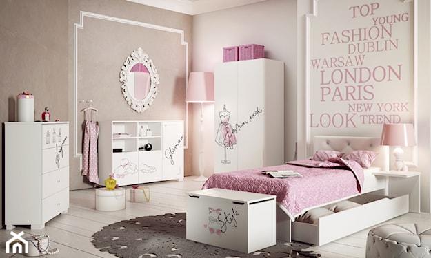 różowy pokój dla dziewczynki, szary dywan ażurowy, białe meble kuchenne z różowymi aplikacjami