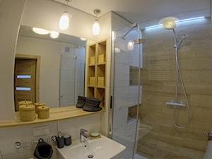 Metamorfoza łazienek - Gdańsk, ul. Chałubińskiego - Mała biała beżowa łazienka w bloku bez okna, styl nowoczesny - zdjęcie od MOJE Pracownia Projektowa