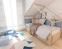 Sypialnia i pokój dziecka na poddaszu - wersja 1 - Mały beżowy pokój dziecka dla dziewczynki dla nastolatka, styl skandynawski - zdjęcie od MOJE Pracownia Projektowa