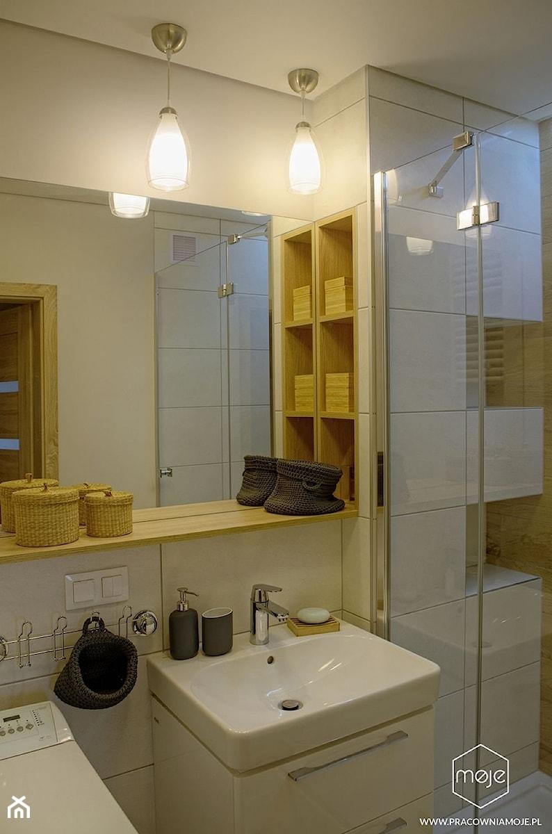 Metamorfoza łazienek - Gdańsk, ul. Chałubińskiego - Mała biała łazienka w bloku w domu jednorodzinnym z oknem, styl nowoczesny - zdjęcie od MOJE Pracownia Projektowa