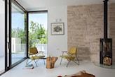 minimalistycznym przeszklony pokój dzienny