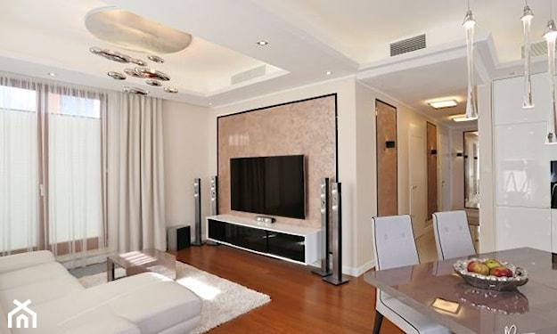 biały salon z drewnianą podłogą