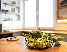 Kotlarska - Średnia otwarta biała kuchnia w kształcie litery l z wyspą z oknem, styl vintage - zdjęcie od goryjewska.górnisiewicz - Homebook