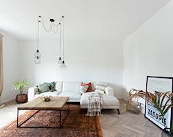 Kotlarska - Mały biały salon z tarasem / balkonem, styl vintage - zdjęcie od goryjewska.górnisiewicz - Homebook