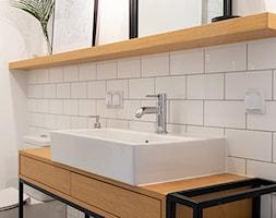 Kotlarska - Biała łazienka w bloku w domu jednorodzinnym, styl vintage - zdjęcie od goryjewska.górnisiewicz - Homebook
