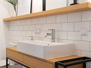 Kotlarska - Biała łazienka w bloku w domu jednorodzinnym, styl vintage - zdjęcie od goryjewska.górnisiewicz