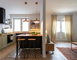 Kotlarska - Duża otwarta biała kuchnia w kształcie litery l z wyspą z oknem, styl vintage - zdjęcie od goryjewska.górnisiewicz - Homebook