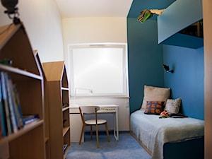 Śliwkowa - Mały biały niebieski pokój dziecka dla chłopca dla dziewczynki dla ucznia dla nastolatka, styl skandynawski - zdjęcie od goryjewska.górnisiewicz