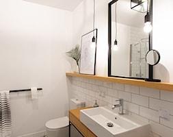 Kotlarska - Średnia biała łazienka w bloku w domu jednorodzinnym bez okna, styl vintage - zdjęcie od goryjewska.górnisiewicz - Homebook