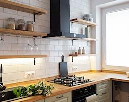 Kotlarska - Mała biała kuchnia w kształcie litery l z oknem, styl vintage - zdjęcie od goryjewska.górnisiewicz - Homebook