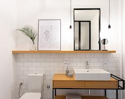 Kotlarska - Mała szara łazienka w bloku w domu jednorodzinnym bez okna, styl vintage - zdjęcie od goryjewska.górnisiewicz - Homebook