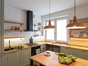 Kotlarska - Średnia otwarta biała kuchnia w kształcie litery l z wyspą z oknem, styl vintage - zdjęcie od goryjewska.górnisiewicz