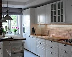 mieszkanie w cegle Warszawa - Średnia biała kuchnia jednorzędowa w aneksie z wyspą, styl klasyczny - zdjęcie od Art of Home - Homebook