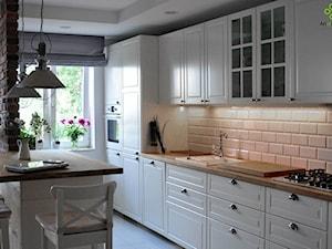 mieszkanie w cegle Warszawa - Średnia biała kuchnia jednorzędowa w aneksie z wyspą, styl klasyczny - zdjęcie od Art of Home
