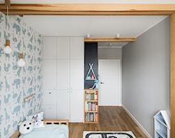 przytulne mieszkanie - Mały biały szary niebieski czarny pokój dziecka dla chłopca dla malucha, styl skandynawski - zdjęcie od Art of Home