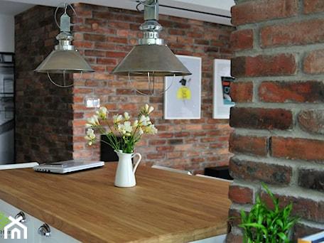 Aranżacje wnętrz - Jadalnia: mieszkanie w cegle Warszawa - Średnia otwarta brązowa jadalnia w kuchni, styl industrialny - Art of Home. Przeglądaj, dodawaj i zapisuj najlepsze zdjęcia, pomysły i inspiracje designerskie. W bazie mamy już prawie milion fotografii!