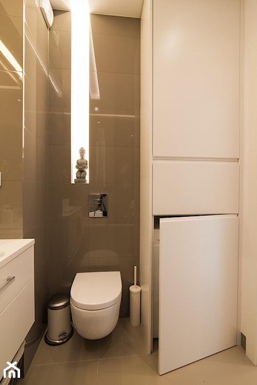 mała łazienka w stylu nowoczesnym, szare płytki matowe, szare płytki z połyskiem