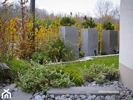 Aranżacje wnętrz - Ogród: Mały, miejski i nowoczesny ogród na osiedlu - w Moim Ogrodzie. Przeglądaj, dodawaj i zapisuj najlepsze zdjęcia, pomysły i inspiracje designerskie. W bazie mamy już prawie milion fotografii!