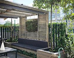 Mały, miejski i nowoczesny ogród na osiedlu - zdjęcie od w Moim Ogrodzie