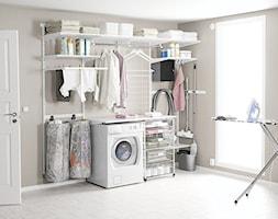Przechowywanie w pomieszczeniach gospodarczych - Średnia beżowa łazienka z oknem, styl minimalistyczny - zdjęcie od Elfa