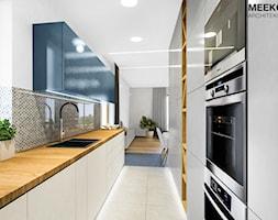 Mieszkanie w stylu nowoczesnym w Rzeszowie. - Średnia otwarta biała szara kuchnia dwurzędowa w aneks ... - zdjęcie od MEEKO Architekci - Homebook