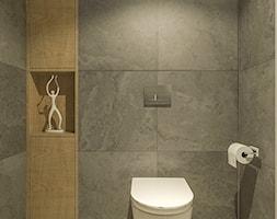 Dom w stylu nowoczesnym w Mielcu. - Mała szara łazienka w bloku w domu jednorodzinnym bez okna - zdjęcie od MEEKO Architekci - Homebook