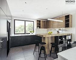 Dom w stylu nowoczesnym pod Mielcem - Średnia zamknięta kuchnia w kształcie litery g w aneksie z oknem, styl nowoczesny - zdjęcie od MEEKO Architekci