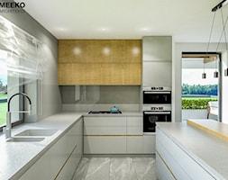Dom w stylu nowoczesnym w Mielcu. - Średnia zamknięta szara kuchnia w kształcie litery l z oknem, s ... - zdjęcie od MEEKO Architekci - Homebook