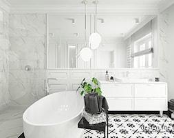 KLASYCZNA ŁAZIENKA - Średnia biała łazienka w bloku w domu jednorodzinnym z oknem, styl klasyczny - zdjęcie od design me too