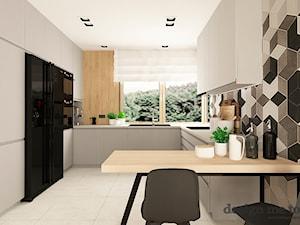 SKANDYNAWSKI DOM W WAWRZE - Duża zamknięta biała szara czarna kuchnia w kształcie litery g z oknem, styl nowoczesny - zdjęcie od design me too