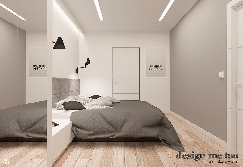 DOM W JÓZEFOSŁAWIU - Średnia biała szara sypialnia małżeńska, styl minimalistyczny - zdjęcie od design me too - Homebook