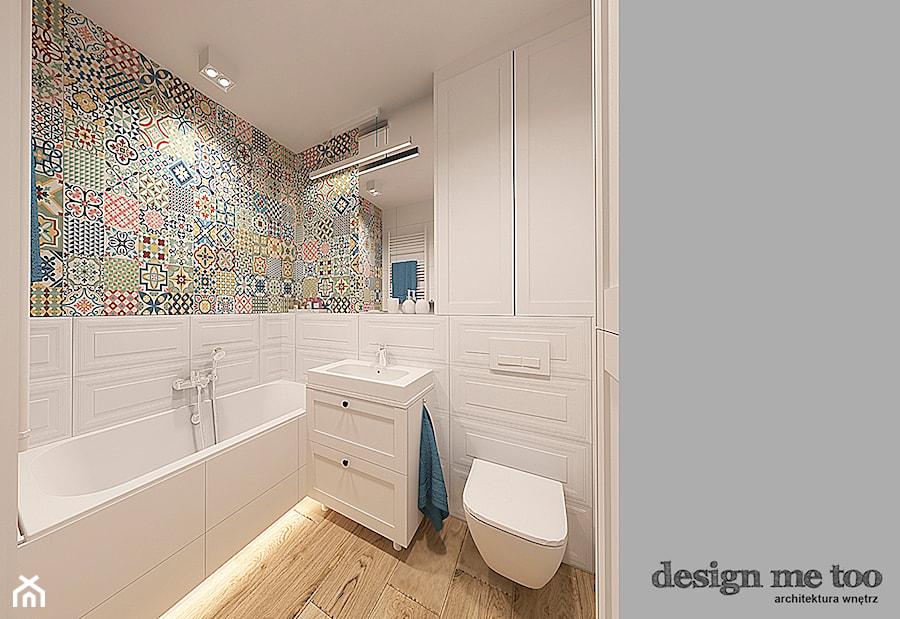 SZCZYPTA FRANCJI NA BIAŁÓŁĘCE - Mała biała łazienka na poddaszu w bloku w domu jednorodzinnym bez okna, styl prowansalski - zdjęcie od design me too