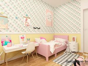 APARTAMENT W RUMI - Średni biały pastelowy różowy zielony pokój dziecka dla dziewczynki dla malucha, styl nowoczesny - zdjęcie od design me too