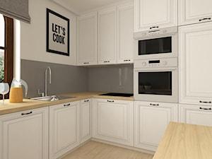 STREFA WYPOCZYNKOWA W DOMU W TOMASZOWIE MAZOWIECKIM - Średnia biała szara kuchnia w kształcie litery l z wyspą, styl prowansalski - zdjęcie od design me too