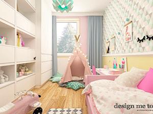 APARTAMENT W RUMI - Średni pastelowy miętowy żółty różowy pokój dziecka dla dziewczynki dla ucznia dla malucha, styl skandynawski - zdjęcie od design me too