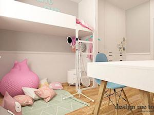 POKOJE DZIEWCZĘCE - Mały szary pokój dziecka dla dziewczynki dla ucznia dla malucha, styl klasyczny - zdjęcie od design me too