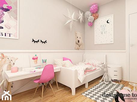 Aranżacje wnętrz - Pokój dziecka: POKOJE DZIEWCZĘCE - Średni szary pokój dziecka dla dziewczynki dla malucha, styl klasyczny - design me too. Przeglądaj, dodawaj i zapisuj najlepsze zdjęcia, pomysły i inspiracje designerskie. W bazie mamy już prawie milion fotografii!