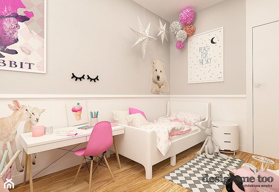 POKOJE DZIEWCZĘCE - Średni szary pokój dziecka dla dziewczynki dla malucha, styl klasyczny - zdjęcie od design me too