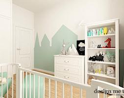 POKOJE DZIECIĘCE W STYLU SKANDYNAWSKIM - Średni biały zielony pokój dziecka dla chłopca dla dziewczynki dla niemowlaka, styl nowoczesny - zdjęcie od design me too