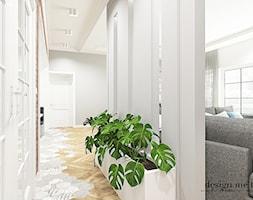 KLASYCZNY DOM W JEZIORACH - Średni biały szary hol / przedpokój, styl klasyczny - zdjęcie od design me too