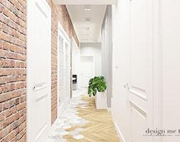 KLASYCZNY DOM W JEZIORACH - Duży biały brązowy szary hol / przedpokój, styl klasyczny - zdjęcie od design me too